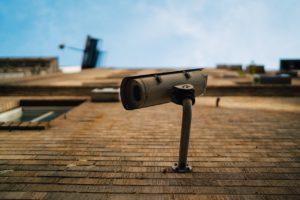 壁に設置された防犯カメラの画像