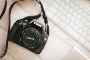 デスクに置かれたカメラの画像