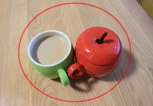 中心にカップが2つある画像