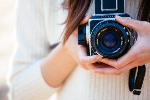 カメラを持った女性の写真