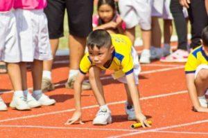 リレーを走る子どもの画像
